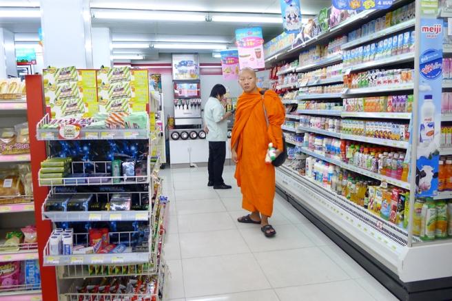thailand-chiang-mai-rachadamnoen-road-7-eleven-13-09-2011